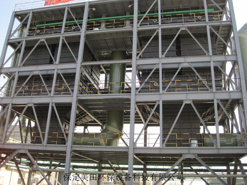 一、WESP导电玻璃钢湿式电除尘(雾)器的工作原理及技术特点 1.工作原理 导电玻璃钢电除雾器设备是由阴极线和阳极管(沉淀极)组成的,其工作原理为烟气通过高压电厂,高压电场使烟气中的烟尘和雾滴带电,形成带电离子,带电离子向相反电荷的电极运动,带电离子到达电极后进行放电,形成中性尘、雾颗粒,沉积于电极上凝聚、降落而被除去。 为了使带电离子在电场中稳定的向同一个方向运动,那就必须变交流电为直流电,所以电除雾器设备必须设置一套整流、变压供电装置。 为了提高电除雾器的除尘、除雾、效率,必须形成一定强度的电场,这就